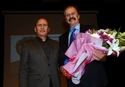 Erhan Bayladı Engin Çağlar'a çiçek taktim etti